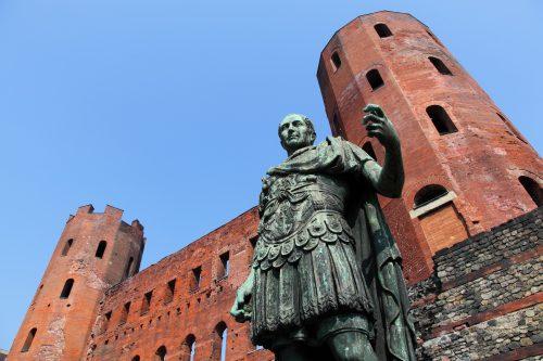 La statua di Giulio Cesare di fronte alla Porta Palatina, l'ingresso alla Julia Augusta Taurinorum