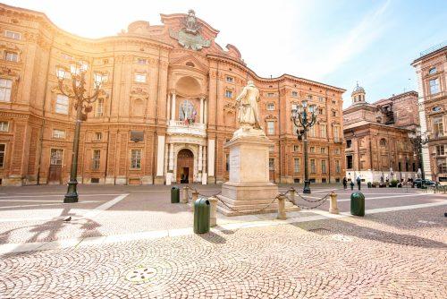 Palazzo Carignano che dà il nome a Piazza Carignano con al centro la statua di Vincenzo Gioberti